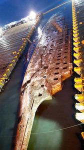 引き揚げられて海面に姿を現したセウォル号の船体。写真は23日、韓国海洋水産省が提供した(AFP時事)