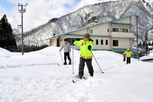1メートル以上の積雪がある校庭では体育の授業でスキーを教える=16日、郡上市白鳥町石徹白