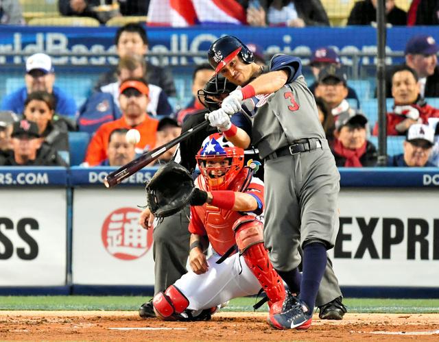三回表米国無死一塁、キンスラーは中越えに先制本塁打を放つ=諫山卓弥撮影