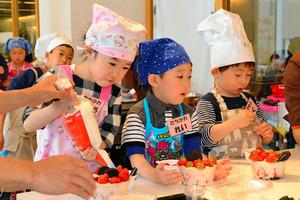 イチゴのレアチーズケーキ作りを楽しむ子どもたち=徳島市徳島町城内