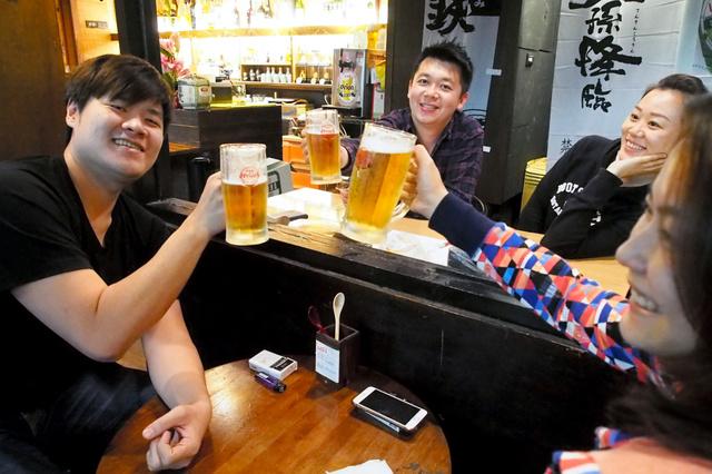 台北市内の居酒屋でオリオンビールを味わう地元客ら。台湾での販売が増えている=原篤司撮影