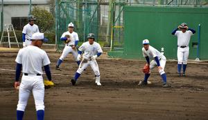 実戦形式の練習に励む選手たち=兵庫県西宮市