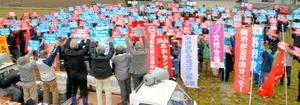 米海兵隊単独訓練の受け入れに反対する集会に参加した人たち=奈義町豊沢