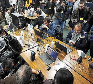 絶芸とZenの決勝戦(手前の向きあうパソコン2台)。大勢の報道陣とギャラリーに囲まれた=いずれも19日、電気通信大