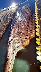 引き揚げられて海面に姿を現したセウォル号の船体。写真は23日、韓国海洋水産省が提供した=AFP時事