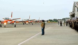 フィリピンへ出発するTC90を見送る隊員ら=徳島県松茂町