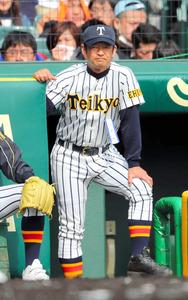 試合を見つめる帝京五の小林昭則監督=23日、阪神甲子園球場、細川卓撮影