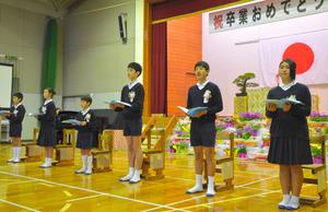 熊本市立松尾西小の卒業生6人=同市西区