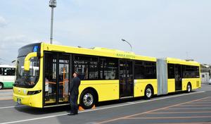 報道各社に公開された連節バス=奈良市左京6丁目の奈良交通平城営業所