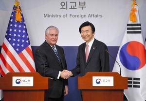 ソウルで開かれた記者会見で17日、韓国の尹炳世外相(右)と握手するティラーソン米国務長官=AP