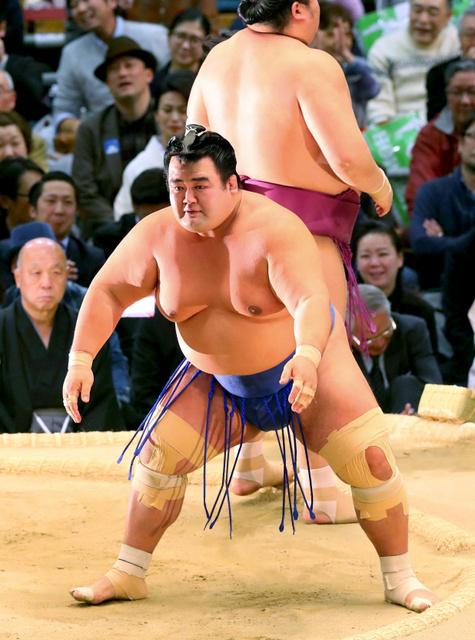 琴奨菊(手前)ははたき込みで宝富士に敗れる=宮崎幸一撮影