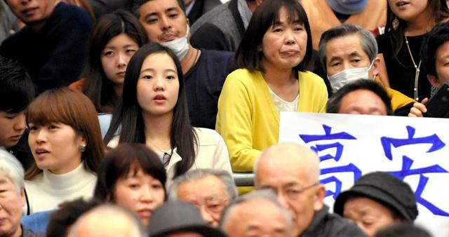 大相撲を観戦する本田真凜さん(中央左)=伊藤進之介撮影