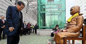 22日、少女像に頭を下げる洪準杓氏=洪氏選挙対策事務所提供