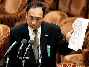 衆院予算委での証人喚問で、安倍昭恵氏付職員から来たとされるファクスの文面を示す籠池泰典氏=23日午後、岩下毅撮影
