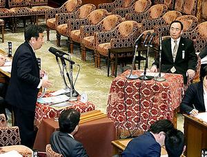 民進党の枝野幸男氏(左)の質問を聞く森友学園の籠池泰典氏(右)=23日午後、国会内、岩下毅撮影