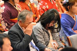 卒業予定だった大和晃さんに特別学位記が授与されることが告げられると、両親は涙を流した=24日、熊本市、平井良和撮影