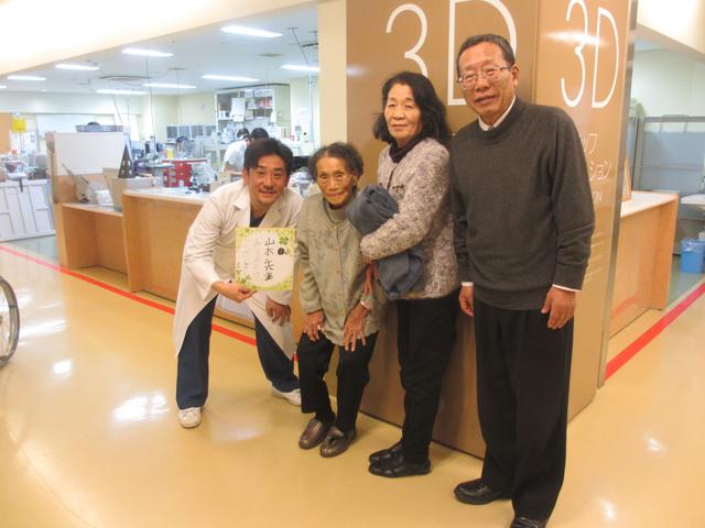 手術を終え、退院した女性(左から2人目)と山本孝講師(左)=滋賀医科大学提供