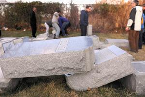 米ペンシルベニア州フィラデルフィアのユダヤ教徒の墓地で2月26日、墓石が押し倒されているのが見つかった=AFP時事