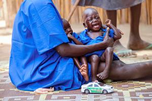 南スーダン・パニジアー郡で4日、栄養失調の子どもたちを抱く女性=AFP時事