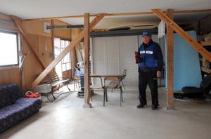 防災士中橋政久さんが住む高根尾地区の1次避難場所となっている小屋=輪島市門前町高根尾