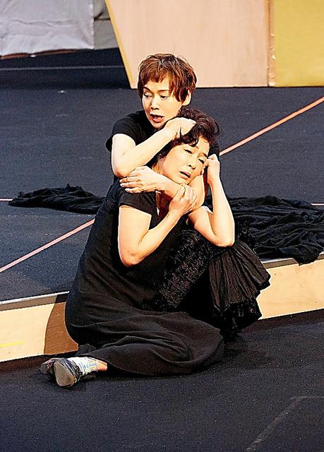 共演のキムラ緑子さんたちと、毎日稽古を続けています=矢野智美氏撮影