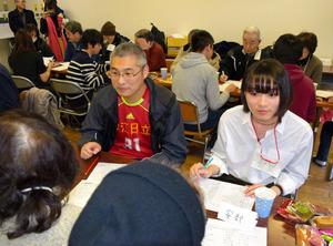 芝園団地で開かれた中国語教室。住民の中国人らが講師を務め、学生がサポートした=川口市芝園町