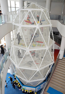 設置された遊具の一つ、スーパーコクーン=敦賀市神楽町2丁目