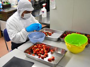 ジャム作りをする利用者。手作業でイチゴのへたを取る=岐阜市出屋敷の「第二いぶき」