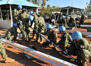 南スーダンの首都ジュバで施設建設を支援する陸上自衛隊のPKO派遣部隊=2016年11月1日、仙波理撮影