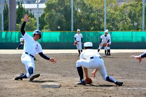 2回戦に向けて、走塁練習をする工大福井の選手ら=大阪府豊中市