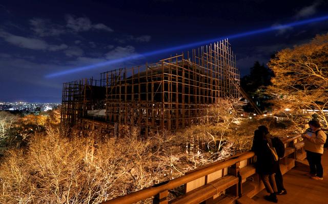 試験点灯された清水寺。工事のため舞台が足場に覆われていた=24日夜、京都市東山区、佐藤慈子撮影
