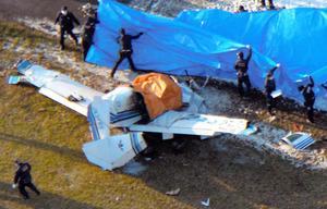 墜落して大破した小型機=2016年3月26日、大阪府八尾市の八尾空港
