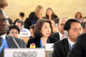 国連人権理事会の定例会合で、対北朝鮮決議案について発言するジュネーブ国際機関日本政府代表部の志野光子大使(中央)=24日、スイス・ジュネーブの国連欧州本部、松尾一郎撮影