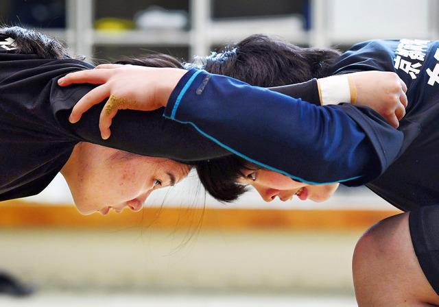 2年の主将・千覚原七奈さん(左)は後輩に「強くなるんだという思いを持ってほしい」と心を決める大切さを伝える。1年の乾夕…