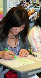 名古屋LGBT成人式の受付のボランティアをするユキナ。「名古屋あおぞら部」の常連だ=2月、名古屋市