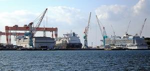 LNG船や大型客船を建造する三菱重工業長崎造船所=長崎市