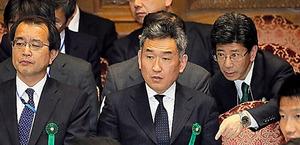 参院予算委で、答弁内容を確認する武内良樹元近畿財務局長(中央)と佐川宣寿理財局長(右)。左は迫田英典元理財局長