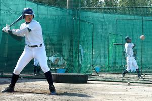 打撃練習をする滋賀学園の選手たち=東近江市川合寺町