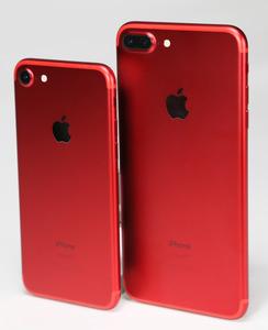 写真1 iPhone 7(左)および7 Plus(右)の(PRODUCT)RED Special Edition。メタリックな赤の仕上げが美しい=24日、竹谷俊之撮影