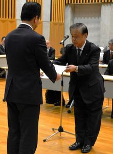 新協定締結の回答を手渡す村松衛・原電社長=東海村