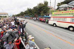 抗議集会で、沿道を埋める参加者を前に翁長雄志・沖縄県知事が基地反対を訴えた=25日午前11時51分、沖縄県名護市、金子淳撮影
