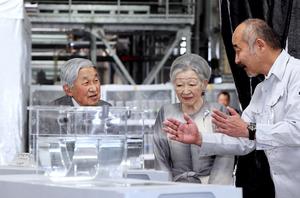 両陛下、ウナギ研究施設視察