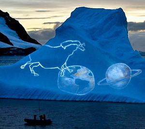 ブラジルのアーティストは、船からプロジェクターで氷壁に映像作品を映し出した=23日、板垣麻衣子撮影