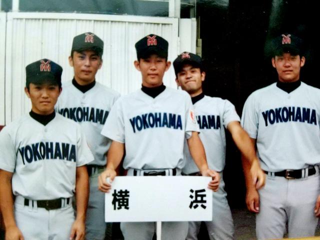 横浜高時代、チームメートだった小川龍馬さん(左端)と筒香嘉智(右端、小川さん提供)