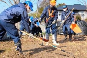 この日、2カ所目の民家で除草をする東京電力の社員たち。首都圏各地から原発事故の被災地に集まり、1回あたり1~3泊して支援活動に参加する=2月16日、福島県富岡町中央