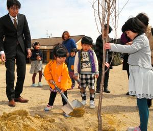 1人1本ずつ桜を植樹する子どもら=伊賀市丸柱
