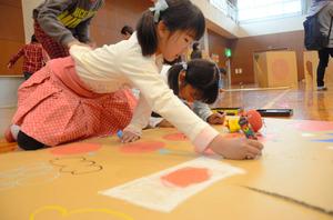 迷路に使う段ボールに絵を描く子どもたち=高松市国分寺町国分