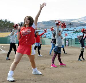 「ホープスガールズ」の体験会で子どもたちと一緒にダンスを披露するメンバー=福島市