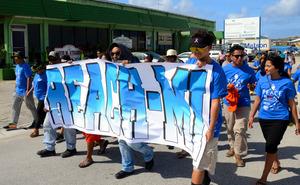 「核被害者追悼記念日」で行進するリーチ・ミーのメンバーら=3月1日、マーシャル諸島の首都マジュロ