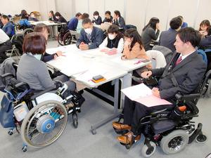 名古屋市職員を対象に開かれた障害平等研修。「障害とは何か」について障害者を交えて議論した=同市役所